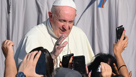 El papa Francisco saluda a los fieles a su llegada al patio de San Dámaso para celebrar una audiencia pública en el Vaticano el 9 de septiembre de 2020. (Foto de Vincenzo PINTO / AFP).