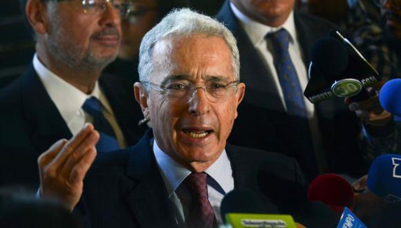 El expresidente colombiano (2002-2010) y senador Álvaro Uribe Vélez (Centro) durante una conferencia de prensa en su residencia en Rionegro, departamento de Antioquia, Colombia. (Foto: Archivo/ AFP / JOAQUIN SARMIENTO).
