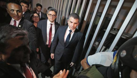 Los fiscales Rafael Vela y José Domingo Pérez, del equipo especial Lava Jato. Ellos viajaron ayer a la ciudad de Sao Paulo, donde se firmará el convenio con Odebrecht. (Foto: Hugo Pérez/ El Comercio)