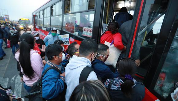 Pasajeros se abalanzan contra otros usuarios para subir a los buses en Lima (Foto: Lino Chipana).