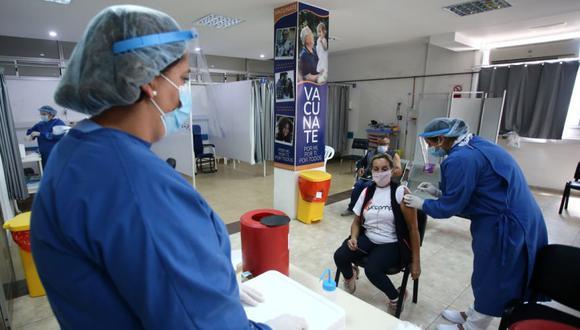 La brasileña Tania Regina Santana Oliveira, de 62 años, que vive en la ciudad brasileña de Santana do Livramento, recibe una dosis de la vacuna contra la enfermedad del coronavirus CoronaVac (COVID-19) de Sinovac, en el hospital Comeri en Rivera, Uruguay, el 19 de marzo de 2021. (Foto: REUTERS / Diego Vara).