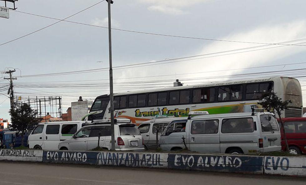 """""""Evo Alvaro"""", dice uno de los graffitis pintados en plena vía de El Alto, en alusión al binomio que estuvo durante casi 14 años en el Gobierno: Evo Morales y su vicepresidente Álvaro García Linera. (Renzo Giner / El Comercio)"""