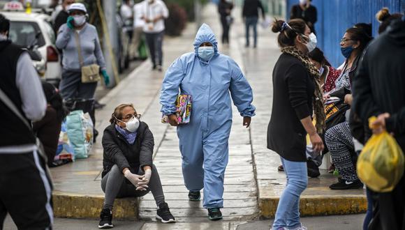 El informe incluye una estimación del número de fallecidos en caso de que se dé una tercera ola de coronavirus. (Fotos: Ernesto Benavides/AFP)