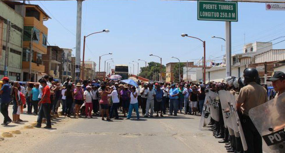 Tumbes: docentes bloquearon una hora puente de acceso a ciudad
