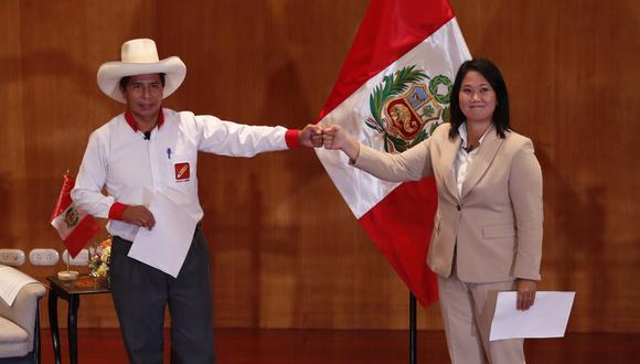 Pedro Castillo y Keiko Fujimori se volverán a encontrar este domingo en Arequipa. La imagen fue tomada cuando firmaron la Proclama Ciudadana (Foto: EFE/ Paolo Aguilar)