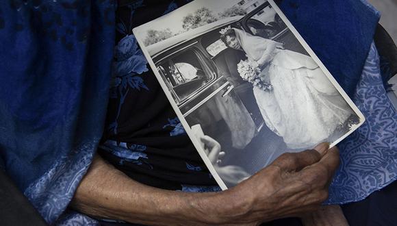 Yolandita (95), madre de la cantante Mariella Kohn, sostiene un retrato del día de su boda en el Perú. Su hija radica hace 25 años en España. (Foto: Las Panchitas)