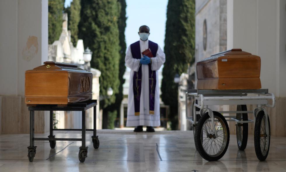 Los ataúdes de dos víctimas de coronavirus se ven durante una ceremonia de entierro en la ciudad sureña de Cisternino, Italia. (REUTERS / Alessandro Garofalo).