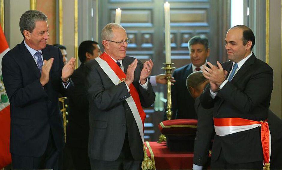 PPK tomó juramento al presidente del Consejo de Ministros, Fernando Zavala, quien también asumirá el puesto de ministro de Economía y Finanzas. En la juramentación participó Alfredo Thorne. (Presidencia del Consejo de Ministros)