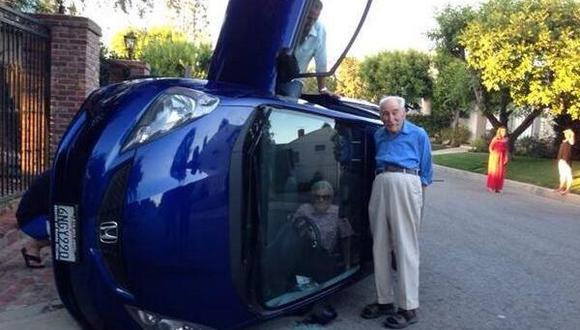 Un abuelo vuelca su auto y se toma una foto
