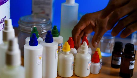 El dióxido de cloro es un potente y tóxico blanqueador al que le atribuyeron erróneamente propiedades curativas y preventivas contra el coronavirus. (Foto: EFE).
