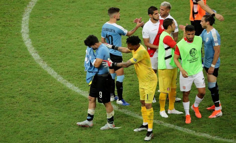 Una vez consumada la eliminación de Uruguay, Pedro Gallese, quien le atajó el penal a Luis Suárez, fue a consolar al delantero del Barcelona. (Foto: AFP)