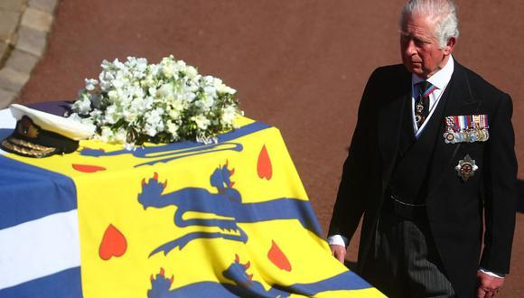 El Príncipe Carlos de Gran Bretaña camina durante la procesión ceremonial del funeral de su padre, el príncipe Felipe. (Foto de HANNAH MCKAY / POOL / AFP).