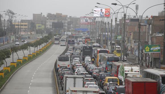 En algunos tramos de la avenida Túpac Amaru el vehículo puede permanecer detenido por más de 10 minutos. (Foto: Mario  Zapata)