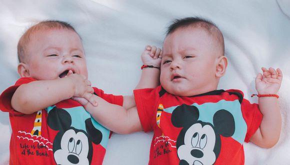 Un padre capturó el momento en el que dos bebés gemelos de cuatro meses se reconocen por primera vez. (Pexels)