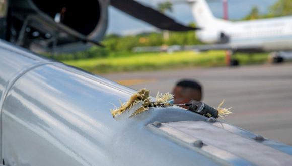 Imagen difundida por la Presidencia de Colombia que muestra agujeros de bala en el helicóptero que transportaba al presidente Iván Duque. (COLOMBIAN PRESIDENCY / AFP).