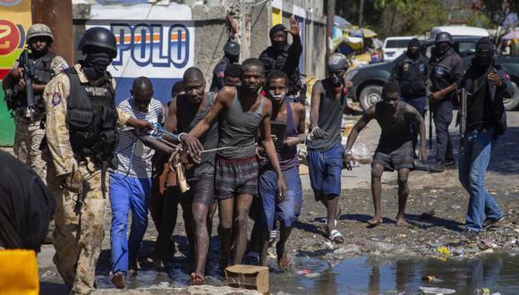 Los presos capturados son dirigidos por la policía fuera de la prisión civil Croix-des-Bouquets después de un intento de fuga, en Puerto Príncipe, Haití. (Foto: AP / Dieu Nalio Chery).