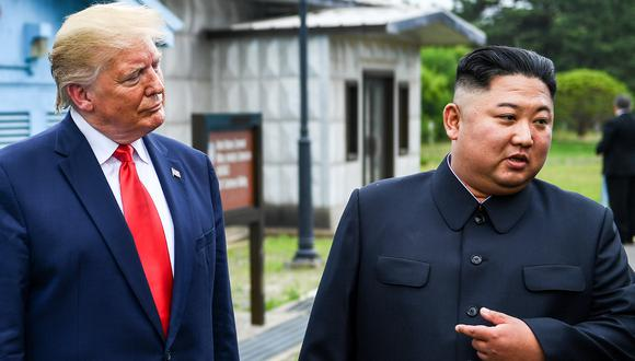 El líder norcoreao, Kim Jong-un, junto al presidente de los Estados Unidos, Donald Trump, al sur de la Línea de Demarcación Militar que divide Corea del Norte y del Sur, el pasado 30 de junio de 2019. (Foto: AFP/Archivo)