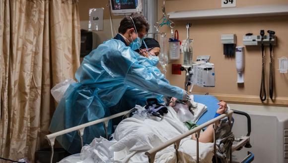 Los trabajadores de la salud atienden a un paciente de Covid-19 en una cápsula de retención del coronavirus en el Centro Médico Providence St Mary en Apple Valley, California. (Foto: ARIANA DREHSLER / AFP).