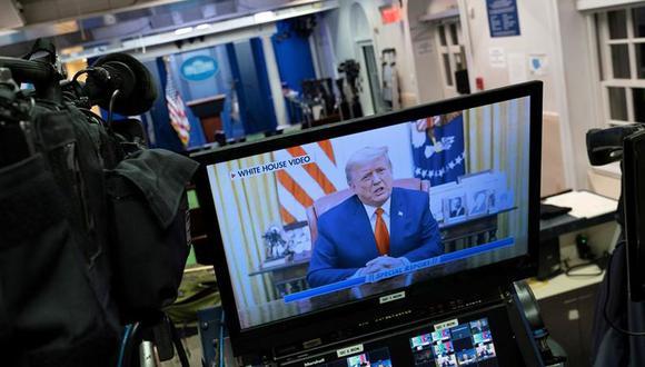 El presidente de Estados Unidos, Donald Trump, lee una declaración pregrabada que se emitió tras la aprobación del impeachment en su contra. (EFE / EPA / Chris Kleponis).