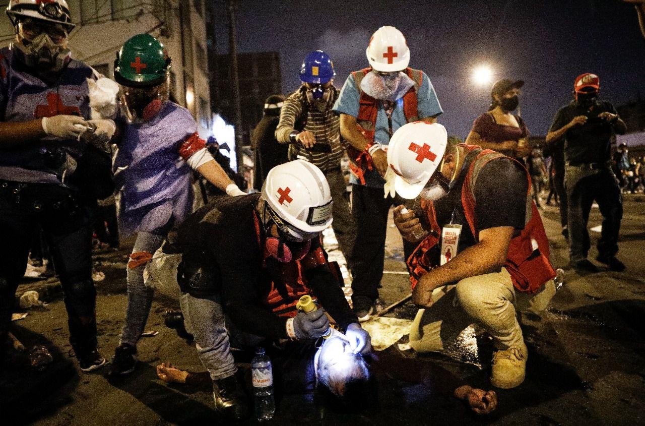 Las brigadas de médicos voluntarios atendieron a un promedio de ocho heridos por cada punto de resistencia policial. Algunos recibieron reanimación sobre el pavimento, mientras la policía seguía gaseando alrededor (Foto: Joel Alonzo)
