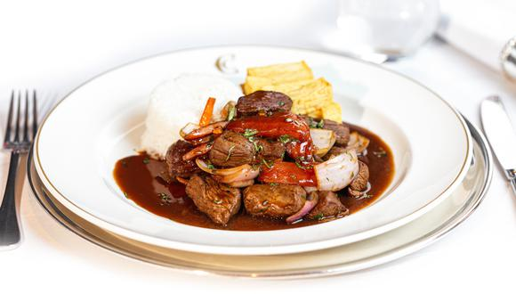 Aprendemos a preparar uno de los mejores lomos saltados de Lima: el que se sirve en el restaurante Perroquet, del Country Club Lima Hotel.