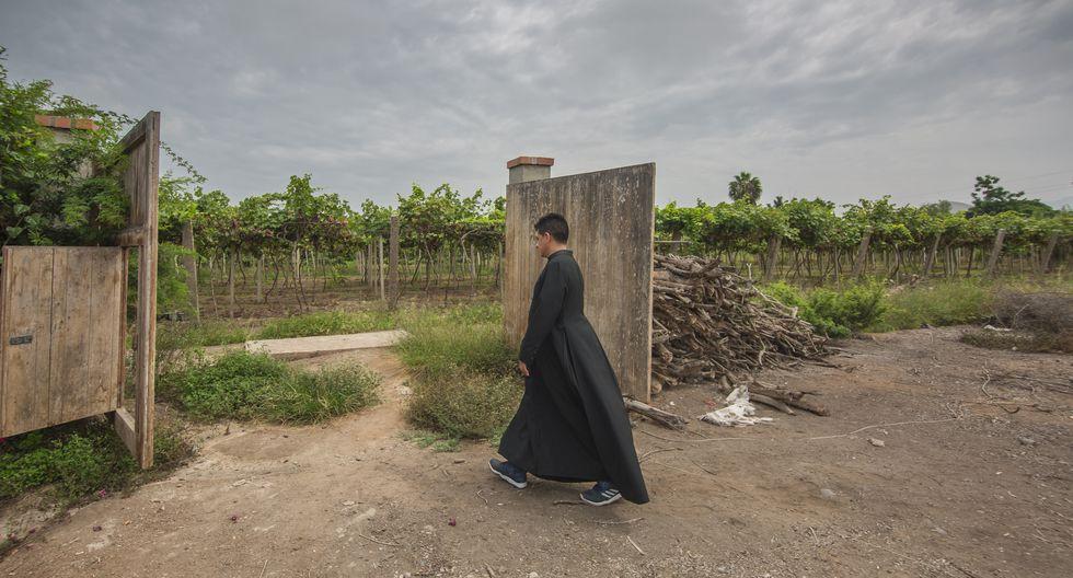 Los sacerdotes peruanos que producen pisco en Mala y ya venden en un supermercado.