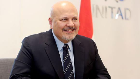 El jefe del Equipo de Investigación de las Naciones Unidas para promover la rendición de cuentas por los crímenes cometidos por el EIIL (UNITAD) Karim Khan en Bagdad. (Foto: AFP / SABAH ARAR).