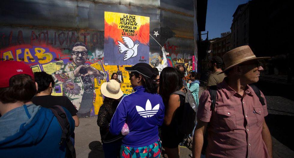 """La sorpresa para los creadores de """"Chile despertó, free tour"""" fue el surgimiento de un recorrido pagado (25 dólares), que se promocionaba en la plataforma Airbnb en diciembre bajo el lema: """"Vivir la revolución chilena"""". (Foto: AFP)"""