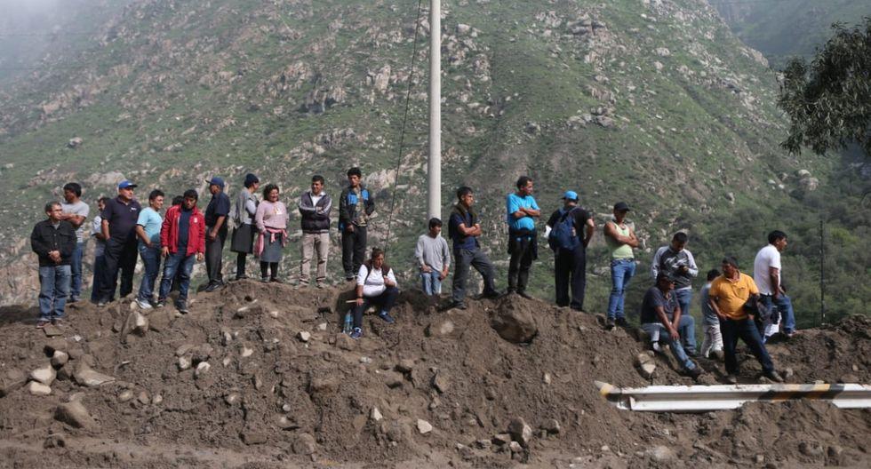 El mayor problema se concentra a la altura del kilómetro 61 de dicha vía. Varias personas optaron por caminar. (Foto: Alonso Chero / El Comercio)