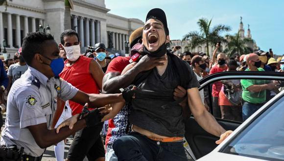 En esta foto de archivo tomada el 11 de julio de 2021 un hombre es detenido durante una manifestación contra el gobierno del presidente cubano Miguel Díaz-Canel en La Habana. (Foto: YAMIL LAGE / AFP)