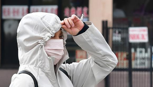 Una mujer en Los Ángeles camina con una mascarilla puesta. (Foto: Frederic J. BROWN / AFP)
