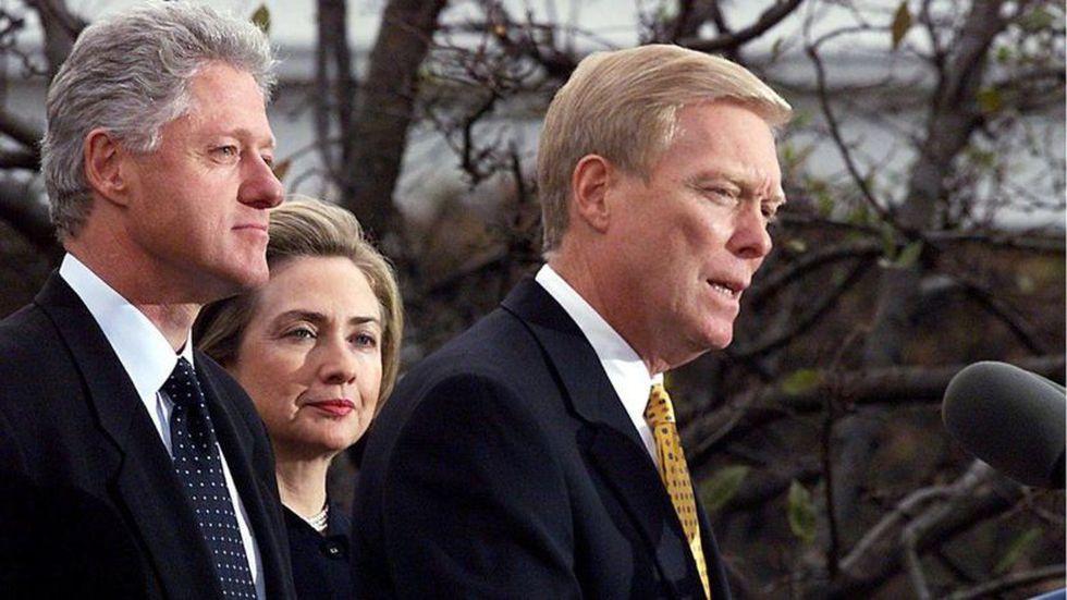 La última vez que la Cámara le abrió un juicio político a un presidente fue a Bill Clinton (izquierda), en 1998. (AFP)