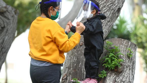 En Surco, algunos padres optaron por vestir a sus hijos con trajes protectores, mascarillas y caretas para salir al parque. (Foto: Alessandro Currarino)