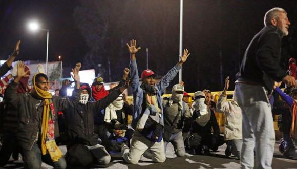 Venezolanos rezan en el Puente Rumichaca para que los dejen entrar a Ecuador. Foto: Reuters, vía BBC Mundo