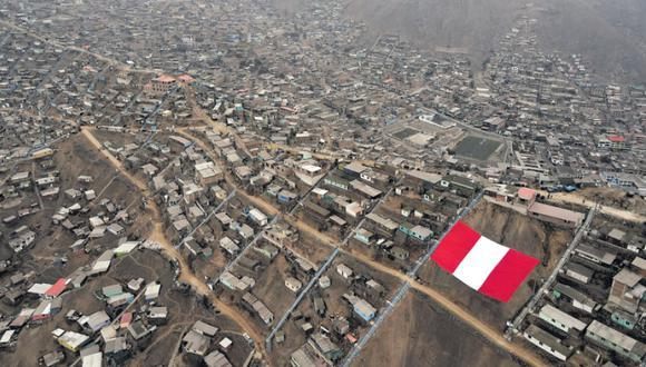 La bandera más grande del Perú se luce en lo alto del cerro Alto Incahuasi, Comas. Homenaje bicolor por el bicentenario.