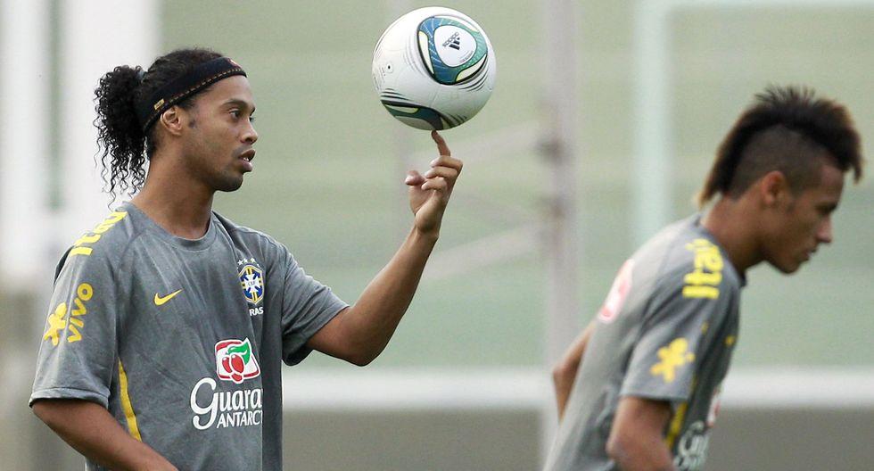 Ronaldinho, ex astro del fútbol mundial, se pronunció acerca de la probable salida de Neymar del Barcelona. ¿Qué le recomendó el otrora jugador azulgrana? (Foto: AP)