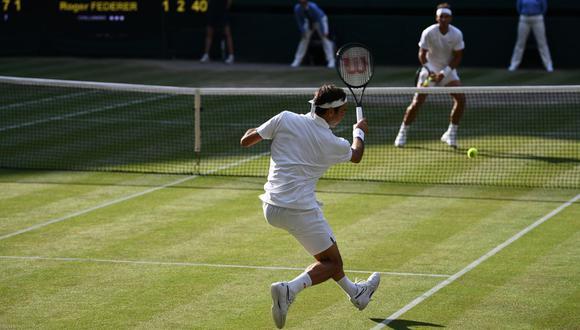 Federer vs. Nadal: la enorme clase del suizo para quebrarle el servicio a Nadal. (Foto: AFP)