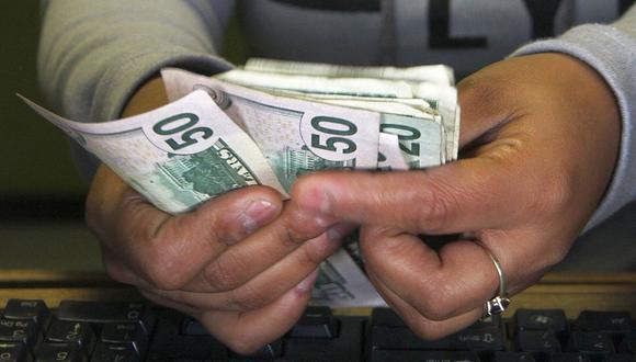 El tipo de cambio del dólar en el país pasó los S/3,60. (Foto: AFP)