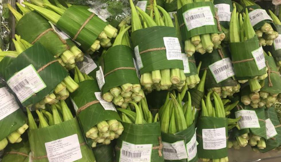Vegetales como las cebollas chinas, quimbombós y otros son envueltos en hojas de banano para ya no tener que recurrir al plástico. (Fotos: LOTTE Mart Vietnam en Facebook)