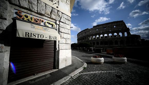 Un restaurante cerrado cerca del Coliseo Romano el 5 de diciembre de 2020, durante las medidas de restricción del gobierno para frenar la propagación del coronavirus. (Foto de Filippo MONTEFORTE / AFP).