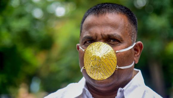 El empresario indio Shankar Kurhade decidió comprar una mascarilla de oro hecha a su medida para protegerse del coronavirus. (Foto: Sanket WANKHADE / AFP).