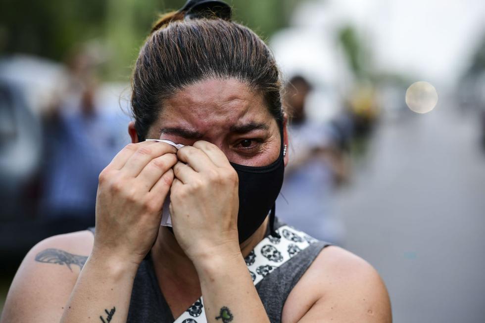 Una mujer llora la muerte de la estrella del fútbol argentino Diego Maradona, en Benavidez, provincia de Buenos Aires. (Foto de RONALDO SCHEMIDT / AFP).