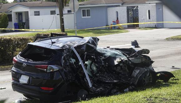La camioneta que fue golpeada por un avión el lunes se ve detrás de las líneas policiales en una calle residencial cerca del aeropuerto North Perry en Pembroke Pines (Florida, Estados Unidos), el martes 16 de marzo de 2021. (Joe Cavaretta/South Florida Sun-Sentinel/AP).
