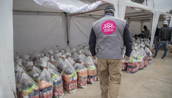 Hombro a Hombro viene apoyando a los vacunadores y a las personas que acuden a vacunarse, con la entrega de más de 100 toneladas de bebidas y alimentos provenientes de muchas empresas de consumo masivo del Perú. (Foto: Hombro a Hombro)