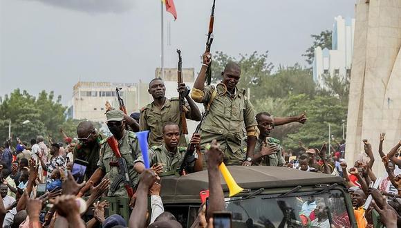 Los malienses vitorean cuando los militares entran en las calles de Bamako, Malí, el 18 de agosto de 2020. (EFE / EPA / MOUSSA KALAPO).