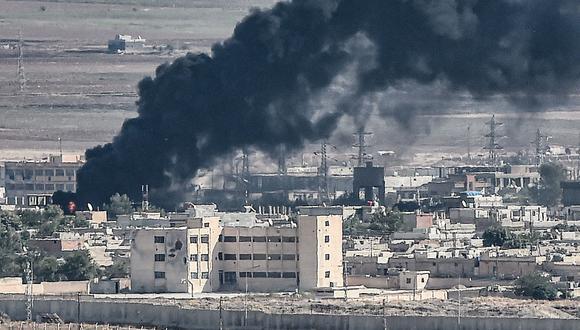 El humo se eleva en la ciudad siria de Ras al Ain, duramente bombardeada por las fuerzas turcas. (AFP / Ozan KOSE).