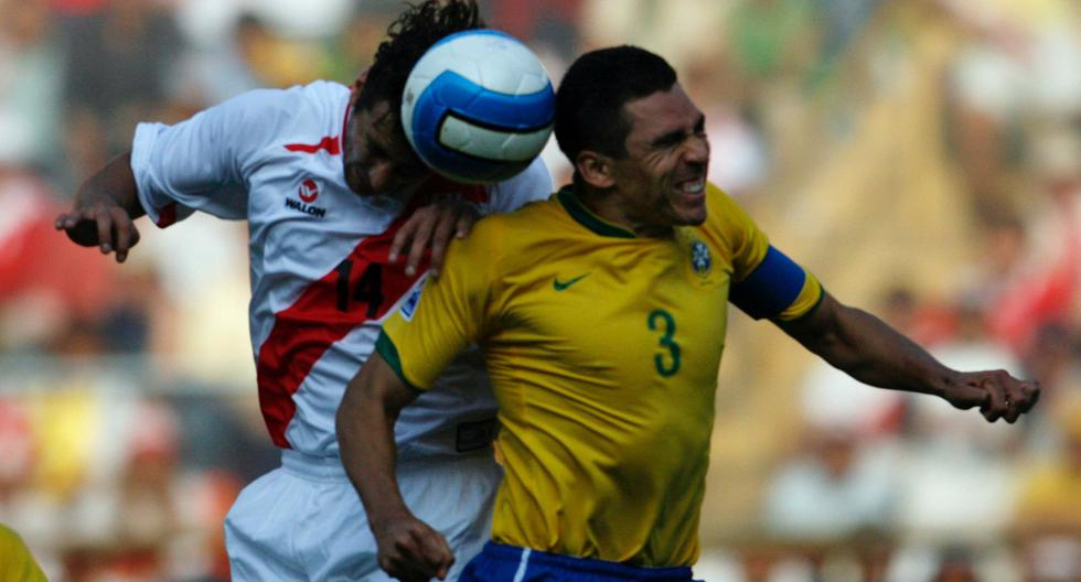 Lúcio ante Pizarro, en un partido por Eliminatorias. (Foto: Reuters)