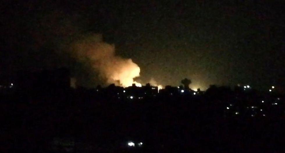 Captura tomada de un video muestra lo que parece ser el humo que ondea en los edificios cercanos a la capital siria, Damasco, luego de un ataque aéreo israelí durante la noche del 1 de julio del 2019. (Foto referencial: AFP)