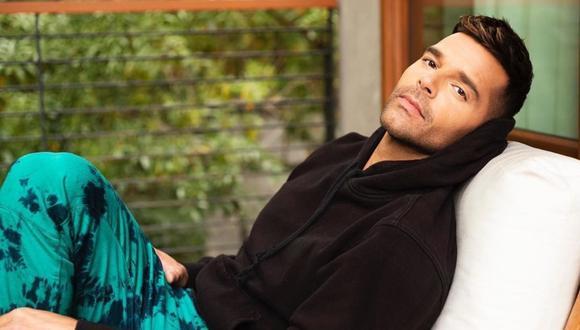 """El cantante de """"La vida loca"""", no quiso dejar mucho a la imaginación en la sesión de fotos que realizó visitendo unicamente un par de pantalones cortos azul claro. (Foto: Instagram/ Ricky Martin)"""