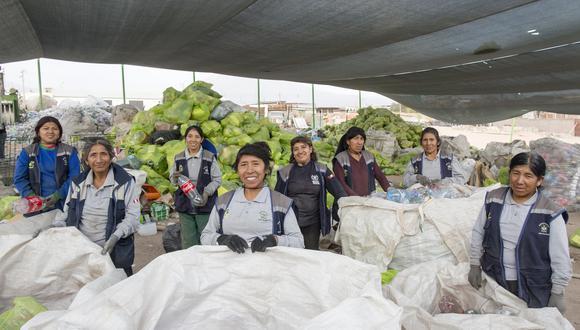 Recicladoras de la Asociación-Sumaq-Pacha, posan para un retrato mientras realizan su trabajo diario de segregación de materiales reciclables en el local de la asociación en Arequipa. (Foto: Sistema Coca-Cola).
